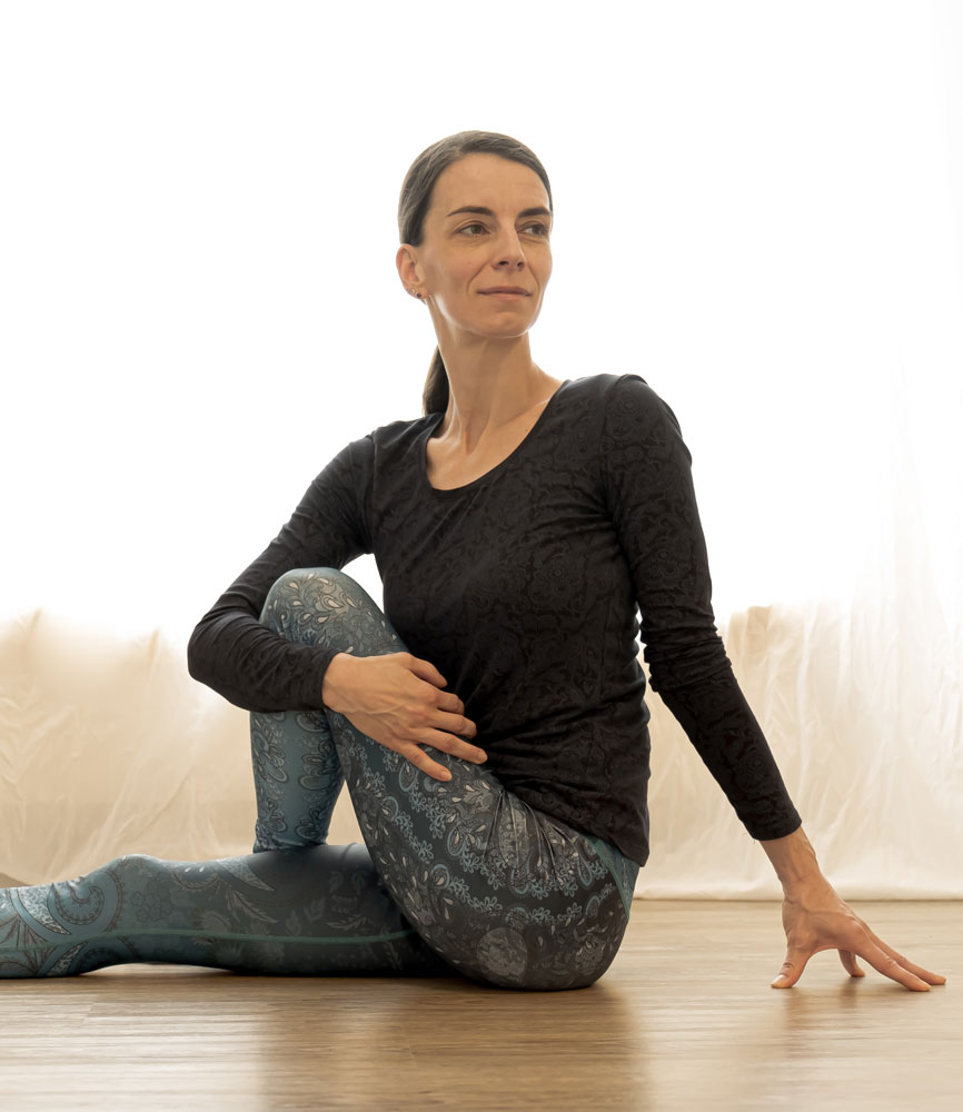Yin-Yoga-Meiningen-Drehsitz-Yin-Yogalehrerin